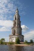 De overstroomd klokkentoren van de st. nicholas kathedraal op een kunstmatig eiland. Kaljazin — Stockfoto