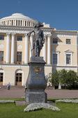 Monument to Pavel I on the background of the Pavlovsk Palace — Stock Photo