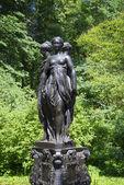 "Sculpture ""Three graces"" in Park complex ""Private cottage"". Oranienbaum — Stock Photo"