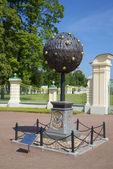 Orange tree. Monument to the founder of Oranienbaum - A.D. Menshikov — Stock Photo