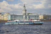 Walking tourist ship on the background of the building of the Kunstkammer. Saint-Petersburg — Stock Photo