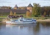Sightseeing motor ships against the Kremlin of Novgorod the Great — Stock Photo