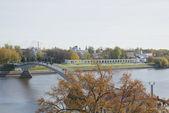 View of the Yaroslav courtyard and pedestrian bridge over the Volkhov river autumn day. Veliky Novgorod — Foto de Stock