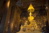 Sculpture of a sitting Buddha in one of bihanov Wat Pho. Bangkok — Stockfoto