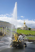 "View of the fountain ""Samson tearing the lion's jaws"". Peterhof — Stock Photo"