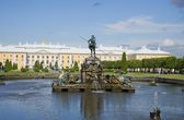 "Fountain ""Neptune"" on the background of the Peterhof Palace — Stock Photo"