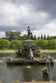 "Fountain ""Neptune"" on the stormy and cloudy sky. Peterhof — Zdjęcie stockowe"