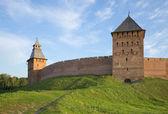 The fence of the Kremlin of Novgorod between Pokrovskaya and Spasskaya towers — Stock Photo