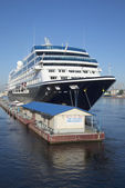 Cruise ship off the passenger terminal promenade des Anglais. St. Petersburg — Stock Photo