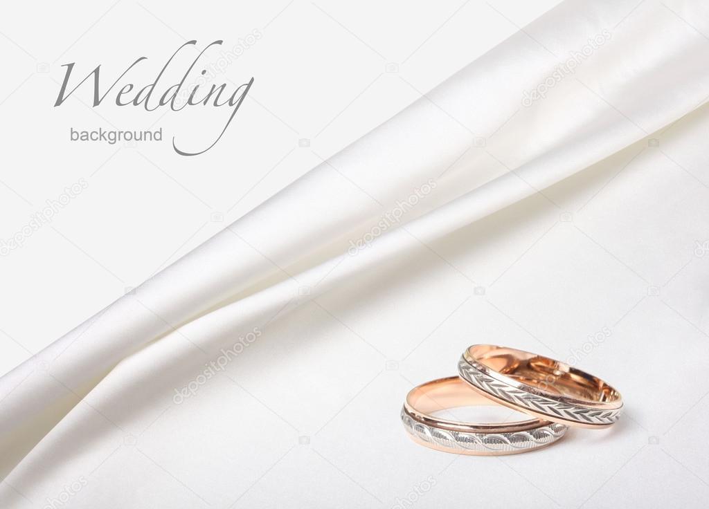 Fedi nuziali su sfondo bianco seta — Foto Stock © Tihon6 #13407180