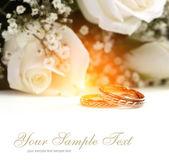 Bouquet di rose e fedi nuziali — Foto Stock