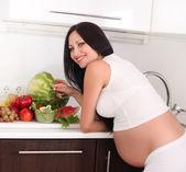 Mulher grávida na cozinha — Fotografia Stock