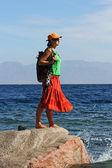 Hermosa chica en una roca en el mar — Foto de Stock