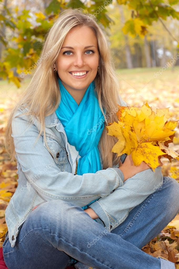 Beautiful young woman in autumn forest — Stock Photo #12346230