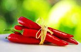 Red hot chilli peppers amarrado com corda — Foto Stock