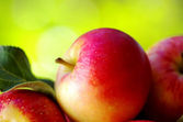 Ripe red apples on table — Stock Photo
