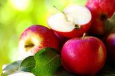 спелые красные яблоки на таблицы — Стоковое фото