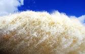 Schäumendes wasser hintergrund am sperrwerk — Stockfoto