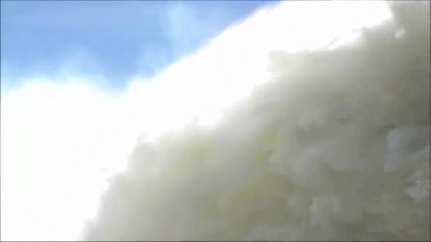 Tenir de main rouge belle feuille d'automne déplacer banc lac vent — Vidéo