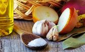 Sked av salt, kryddor och olivolja — Stockfoto