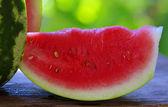 Meloun a řez na stole — Stock fotografie