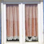 vecchia finestra chiusa, al villaggio portoghese — Foto Stock