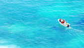 Boot in blauem wasser-ansicht von oben — Stockfoto