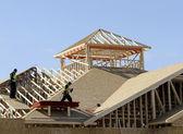 Carpinteiros no telhado — Fotografia Stock