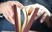 L'homme tourne les pages du livre — Photo