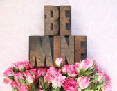 Wood type be mine and little roses — Stock Photo