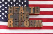 Palabras de la reforma de salud en la bandera usa — Foto de Stock