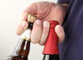 Man holds beer bottles — Stock Photo