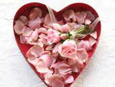 Fresh roses and rose petals in heart box — Foto de Stock