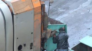 Dustman and garbage truck — Stock Video