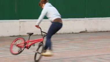 Trick cyclist — Stock Video