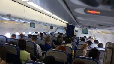 Reisen sie mit dem flugzeug. an bord des flugzeugs — Stockvideo