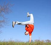 Breakdance auf dem rasen — Stockfoto
