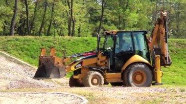 Żółty ciągnik — Wideo stockowe