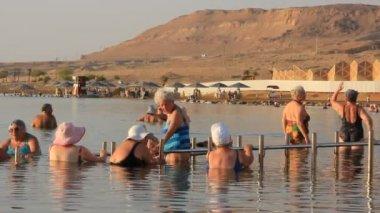 Tomar banho no mar morto pela manhã, israel — Vídeo Stock
