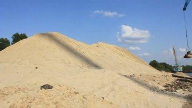 Plovoucí jeřáb vykládání písek — Stock video