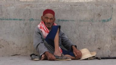Tunisian beggar — Stock Video