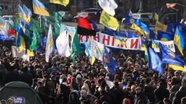 Kiev, Ukraine - Street meeting in the street Kreschatik — Stock Video