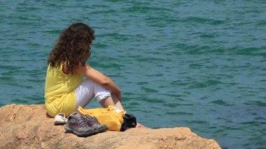 Chica por el mar — Vídeo de Stock