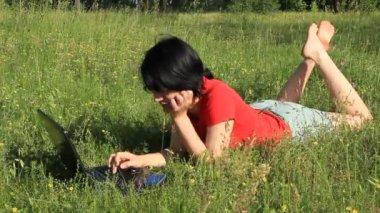 性質上でノートブックを持つ女性 — ストックビデオ