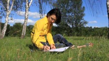 Kvinna med papper — Stockvideo