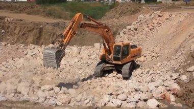 Big excavator operation in quarry — 图库视频影像
