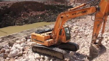 Big excavator operation in quarry — Stock Video
