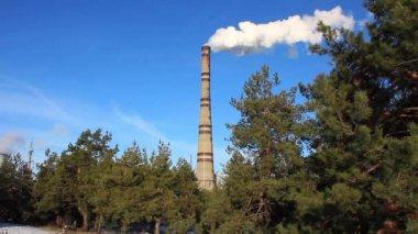 熱電気駅タイムラプスの煙る煙突 — ストックビデオ