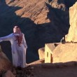 Stockvideo: Bedouin on Mount Sinai in Egypt