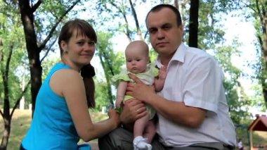 Mãe e pai com bebê na igreja ortodoxa, depois da cerimônia de batismo — Vídeo Stock